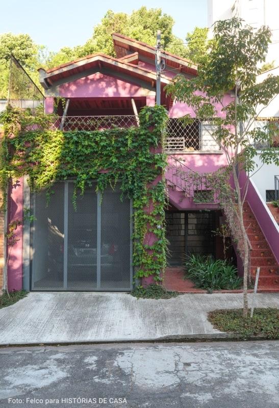 fachada de casa com cor magenta