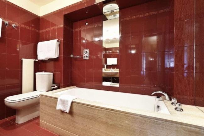 cor marsala no banheiro