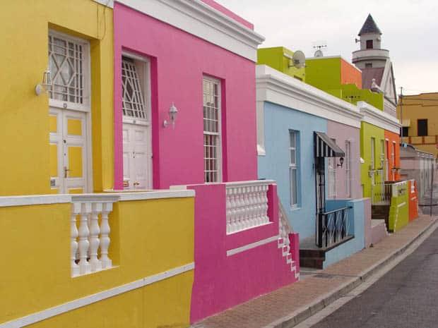 fachada de casa antiga com cor magenta