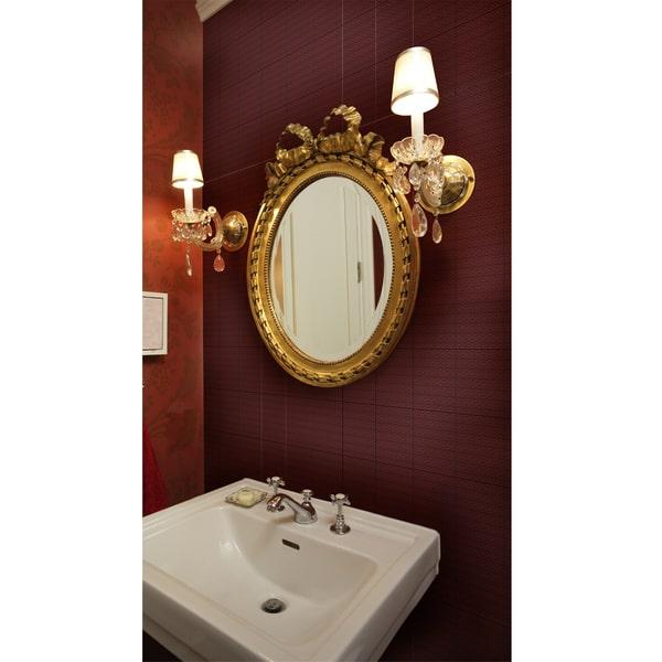 parede marsala com espelho dourado