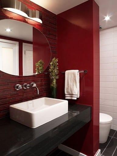 banheiro com revestimento marsala