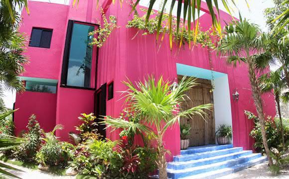 fachada de casa moderna com cor magenta