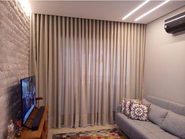 sala com cortina bege de linho