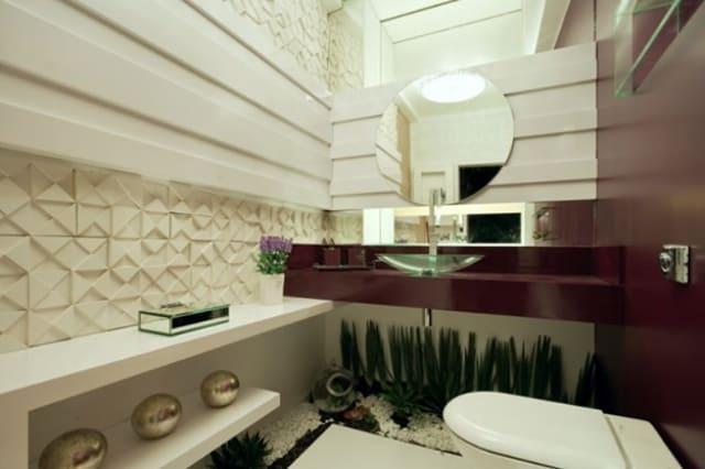 banheiro bege com detalhes em cor marsala