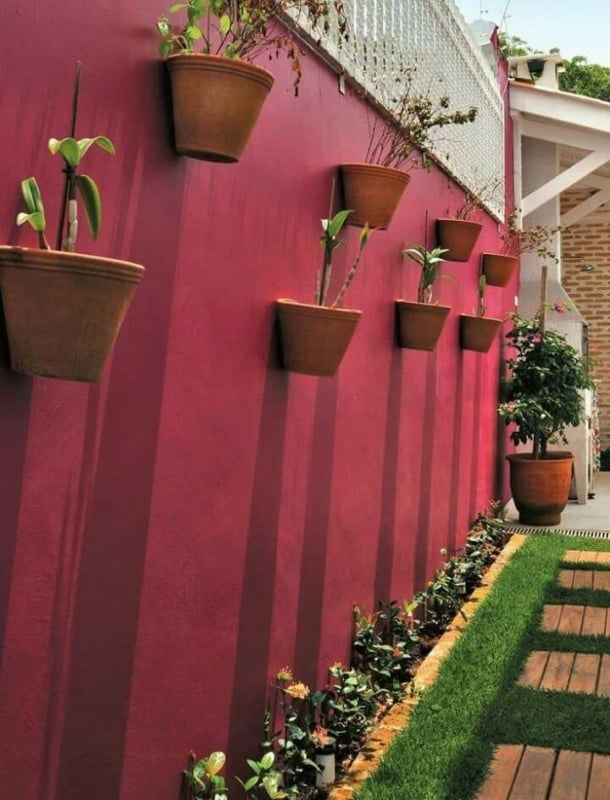 muro magenta com jardim vertical