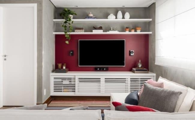 sala pequena com parede marsala