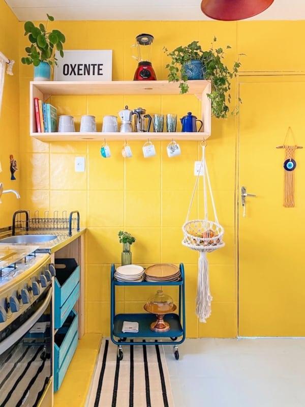 cozinha com azulejos pintados de amarelo