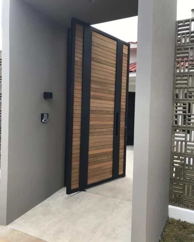 portao de madeira moderno tipo pivotante