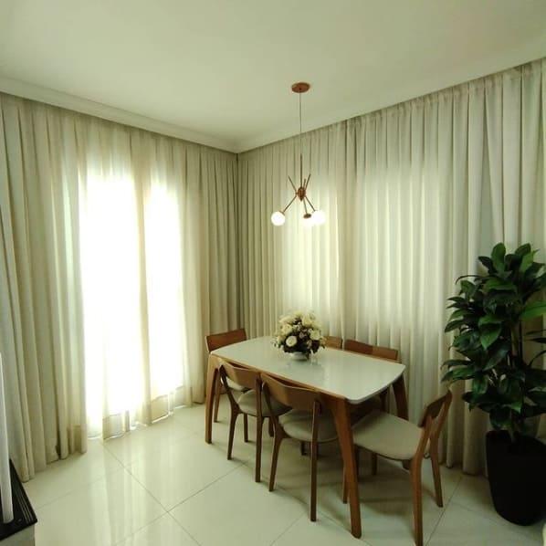 sala de jantar com cortina de linho bege