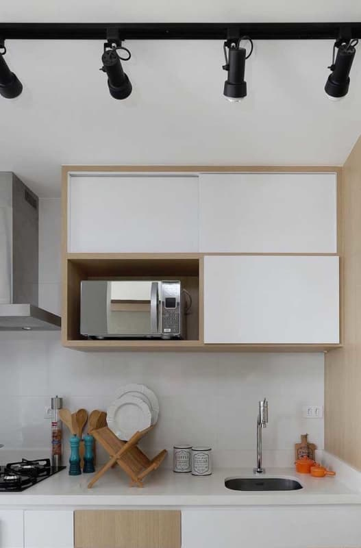 cozinha com azulejo pintado de branco