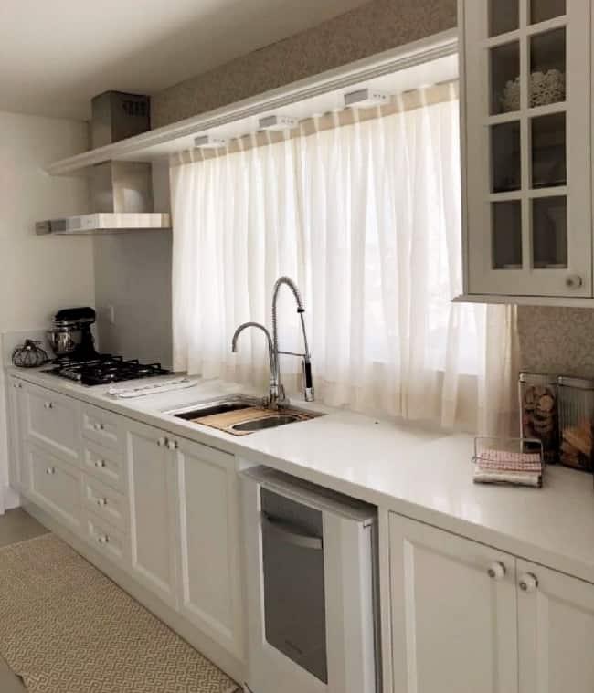 cozinha com cortina de linho
