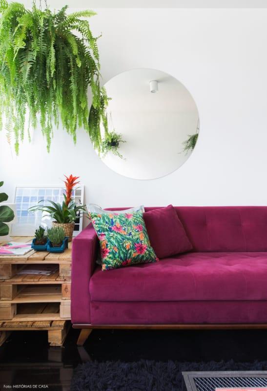 sala decorada com sofa magenta