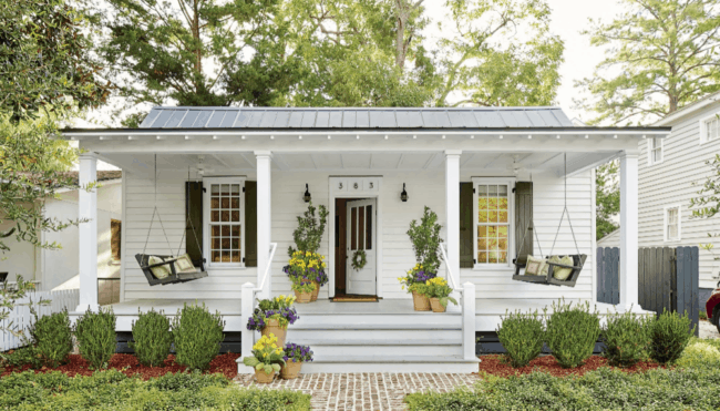Casa americana com balancos na varanda