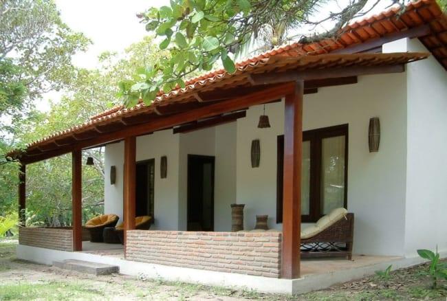 Casa de campo simples com varanda grande