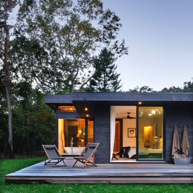 Casa moderna utilizando deck como varanda