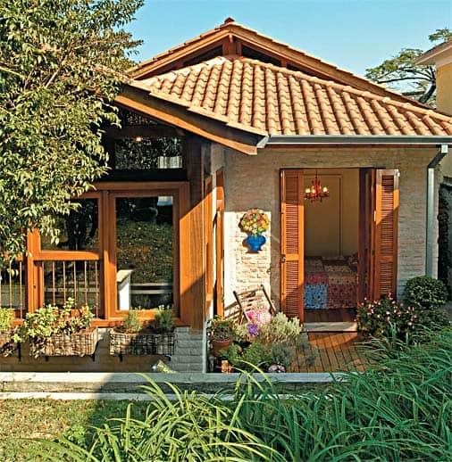 Casa pequena e aconchegante com jardim na varanda