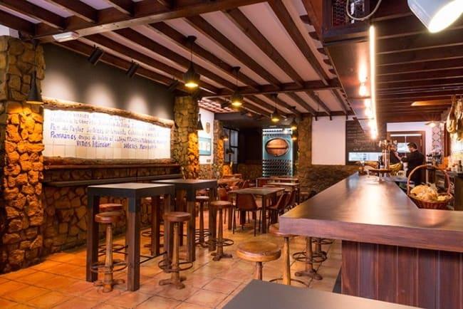 bar rustico com paredes de pedras e balcao de madeira