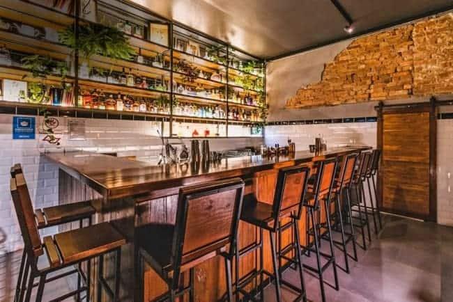 bar rustico com parede de tijolos aparentes