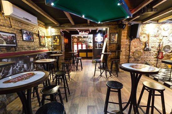 decoracao rustica de bar com parede de tijolinhos