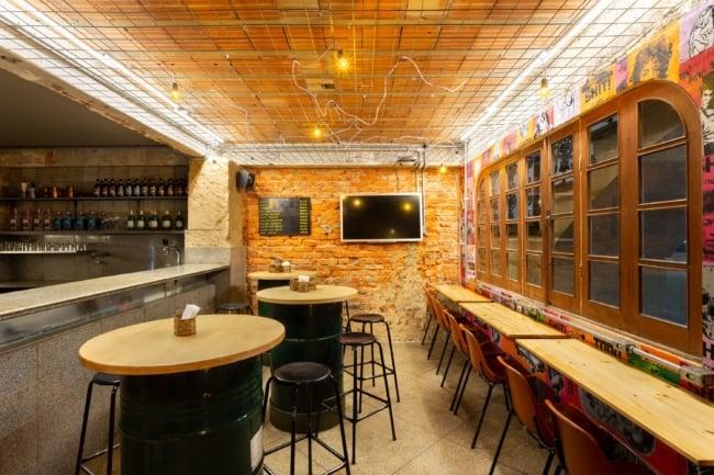 bar com decoracao industrial e mesa de tambores