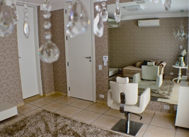 salao em casa com decoracao de papel de parede
