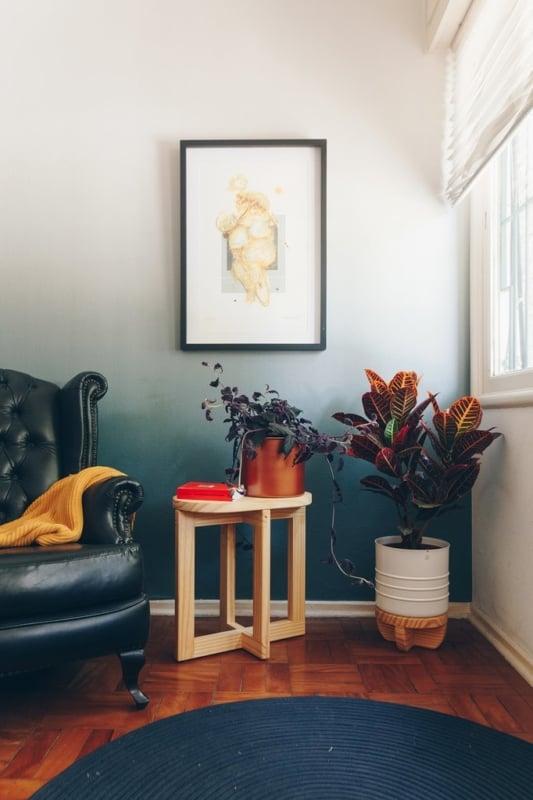 sala decorada com vaso de folhagem colorida