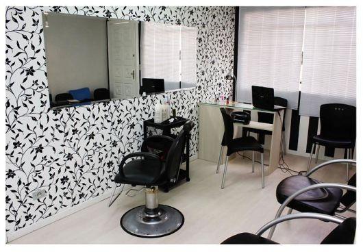 salao de beleza em casa com decoracao simples em preto e branco