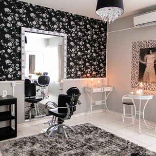 decoracao de salao de beleza em casa com papel de parede preto