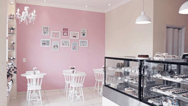 confeitaria simples com parede rosa
