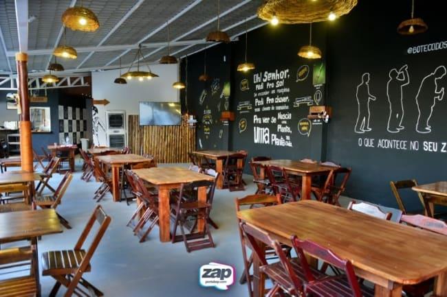 decoracao simples de bar com mesas de madeira