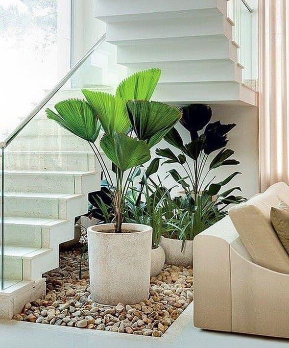 decoracao com plantas embaixo da escada