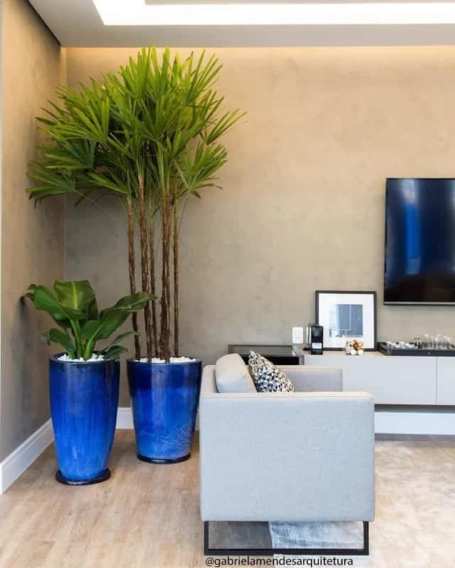decoracao de sala moderna com planta para dentro de casa