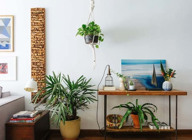 decoracao de sala com vaso de rafia