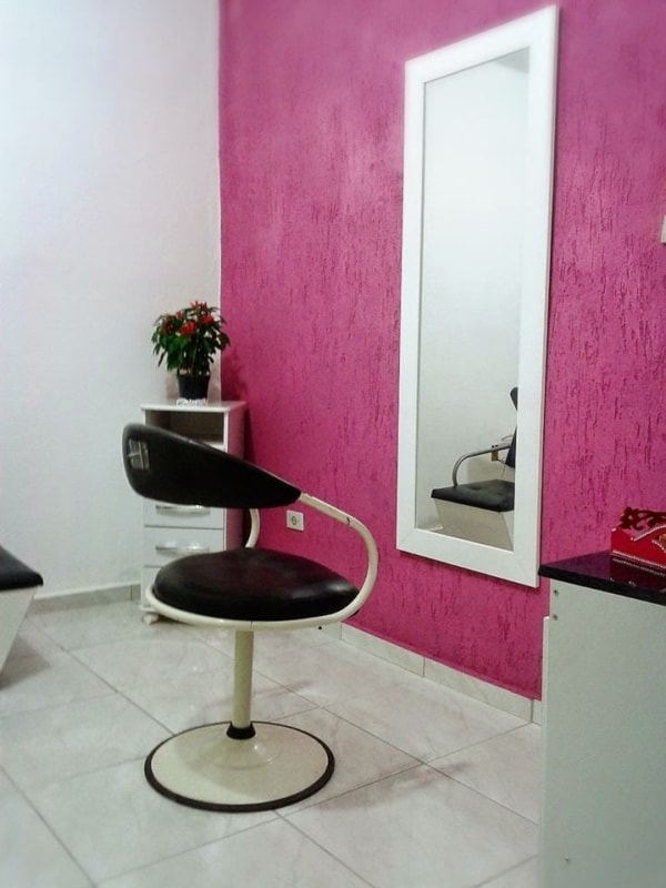 salao de beleza em casa com parede pink