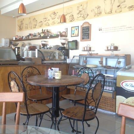 confeitaria rustica com mesas