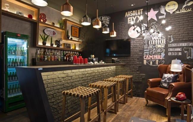 decoracao de bar pequeno com parede preta