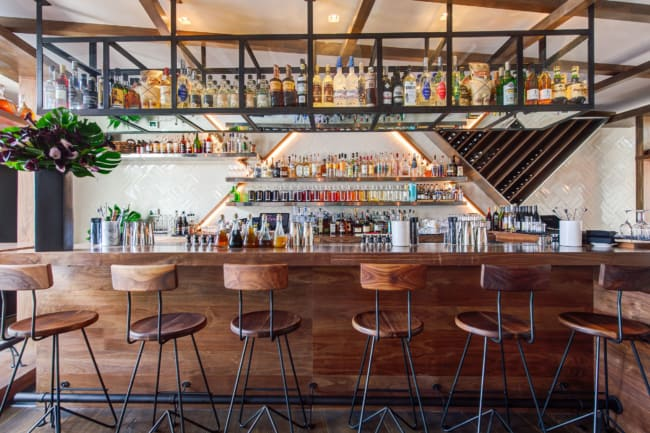 bar pequeno com banquetas no balcao